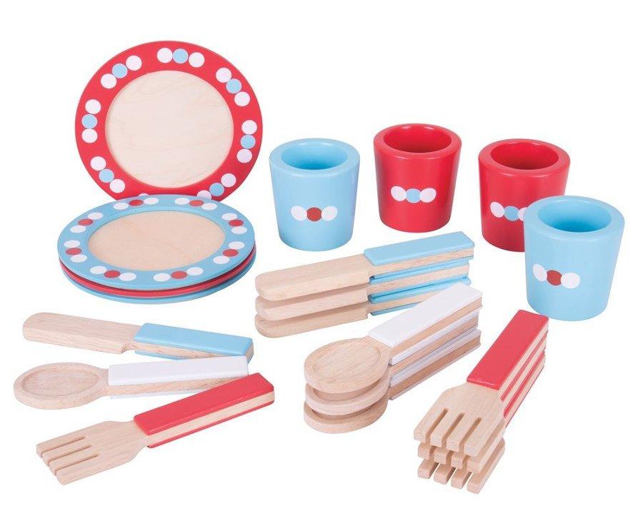 assiettes et couverts de d nette en bois chez les enfants. Black Bedroom Furniture Sets. Home Design Ideas